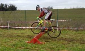 Julien Meyers beim Überspringen der rund 35cm hohen Hindernisse
