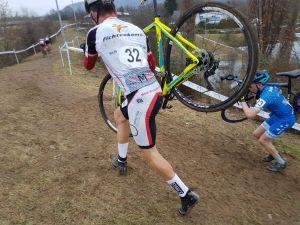 Julien an einem der steilen Anstiege, die nur zu Fuß mit dem Rad auf der Schulter zu bezwingen waren.